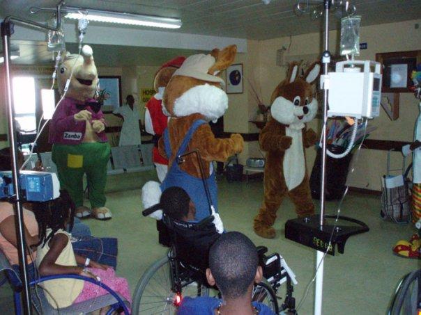 Konpè Lapen et Konpè Zanba rendent visite aux enfants malades du CHU